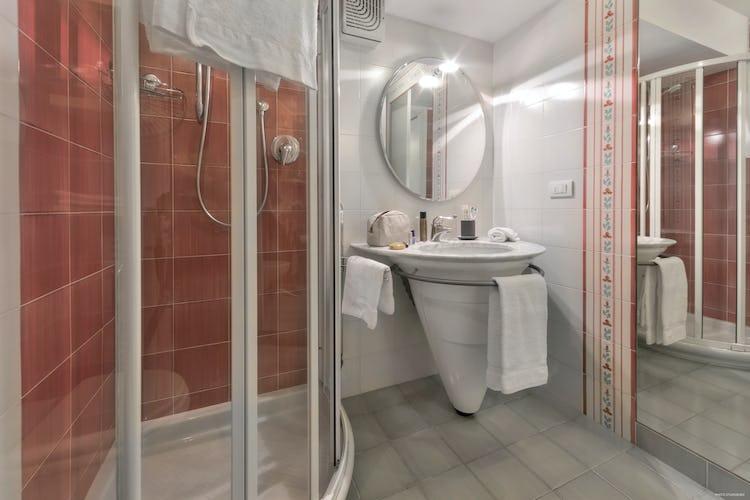 Old Bridge Apartment: due sono i bagni in camera, entrambi dotati di doccia