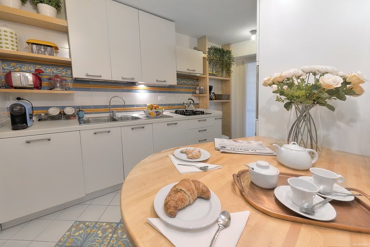 Old Bridge Apartment: la cucina completamente attrezzata con l'area bar dove poter mangiare
