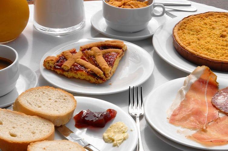 La colazione, preparata con specialità della tradizione locale