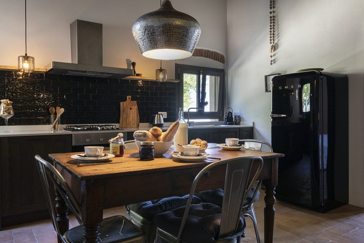 La cucina, elegante e ricca di fascino dell'aappartamento Luna