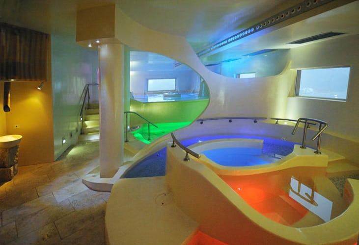 Piscine e vasche idromassagio colorate ognuna in modo diverso