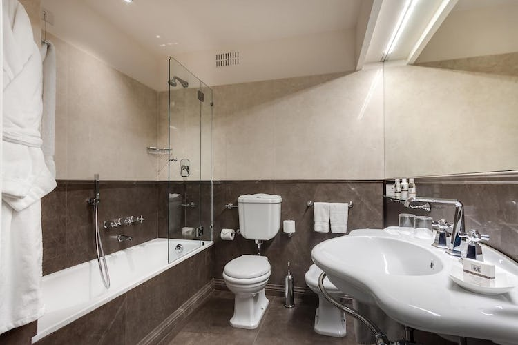 Plaza Hotel Lucchesi - lovely bathrooms with shower