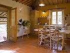 Agriturismo Podere Argena: cucina con accesso alla terrazza panoramica
