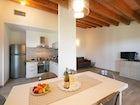La cucina completamente attrezzata per cucinare tipiche cene toscane