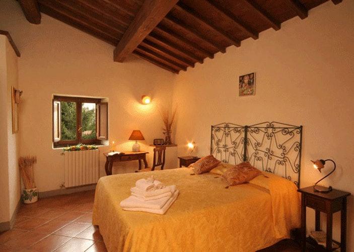 Le camere, con i tipici dettagli dell'architettura rurale toscana