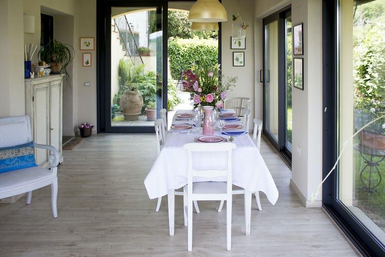 Le ampie porte a vetri della veranda regalano una vista unica