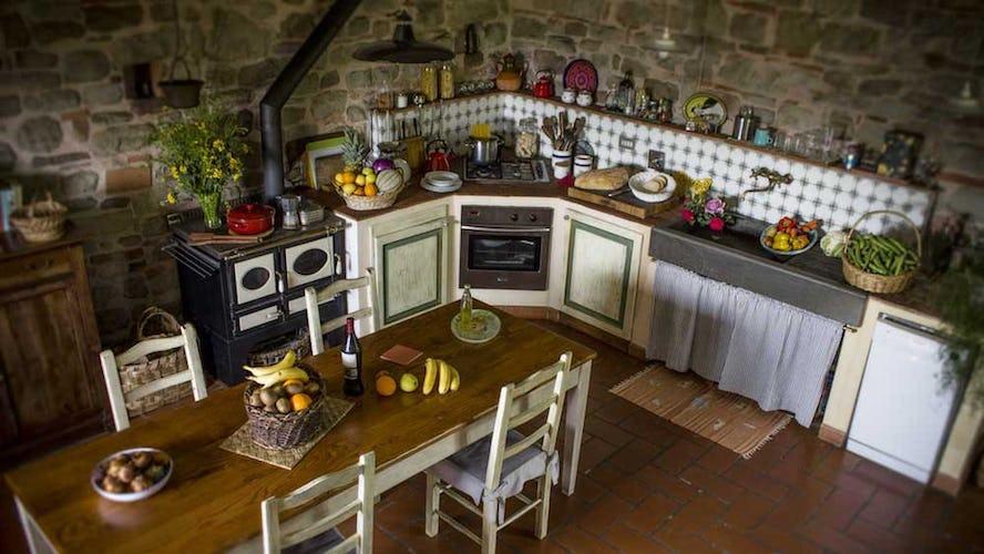 La cucina in tipico stile rurale toscano, completamente attrezzata