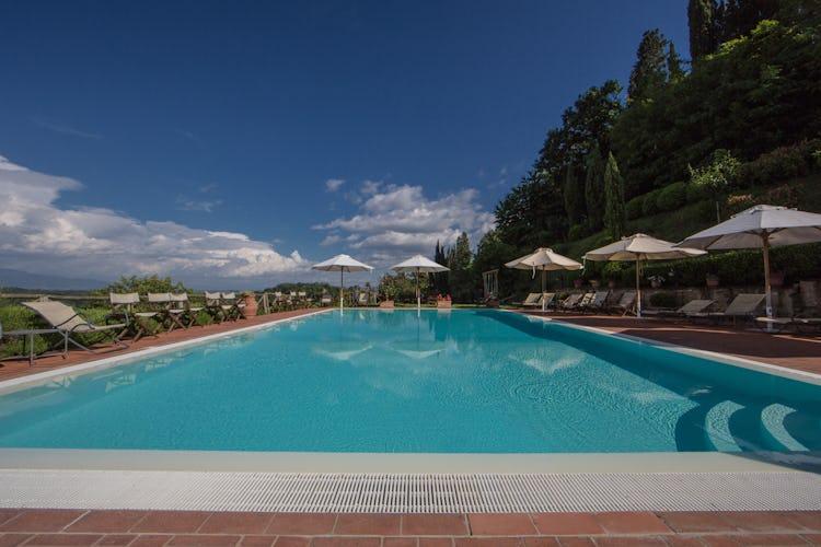 Residence Il Gavillaccio - area relax a bordo piscina con sdraio, ombrelloni e tavoli