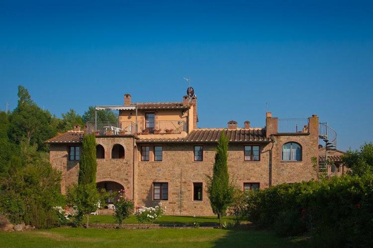 Tipica archietettura rurale toscana, circondata da un immenso giardino