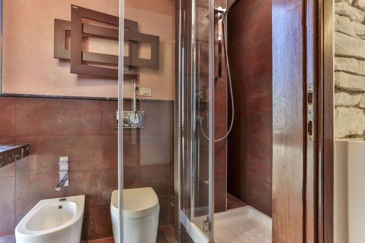 Il bagno è caratterizzato da particolari in marmo rosso di Levanto
