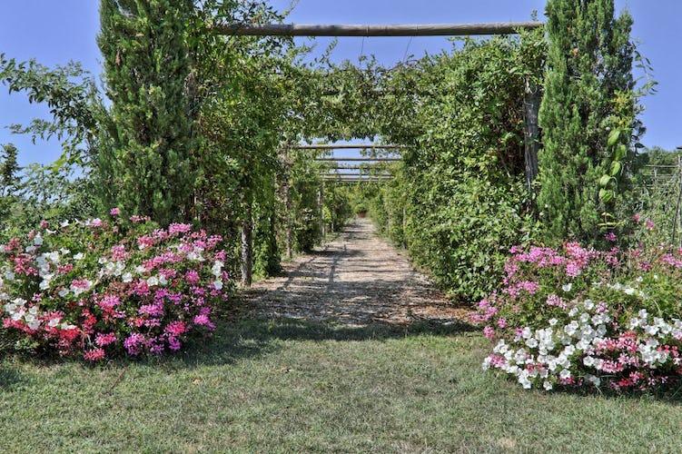 Giardini profumati e fiori colorati adornano questo idilliaco B&B