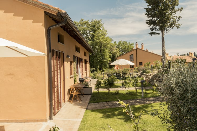 Villa Borgo la Fungaia: Outdoor furnishing for meals