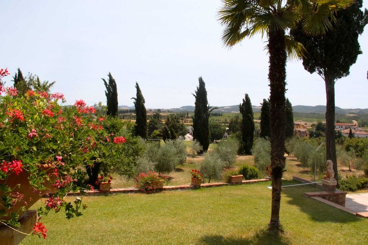 Private green garden and park area at Villa il Poggio