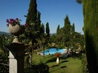 La piscina circondata dal bellissimo giardino