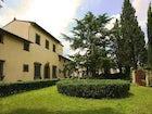 Il giardino all'italiana ben curato che circonda Villa Il Turco