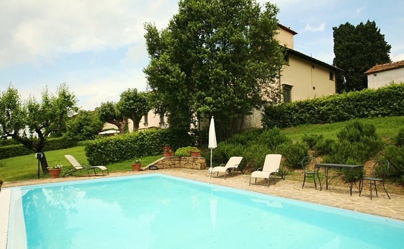 La villa offre una piscina privata ed ampi giardini all'italiana