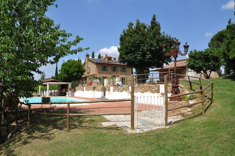 Villa La Fonte - La piscina ed il solarium sono delimitati da un cancello per la sicurezza dei più piccoli