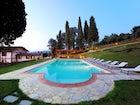 La piscina privata con il grande parco che la circonda