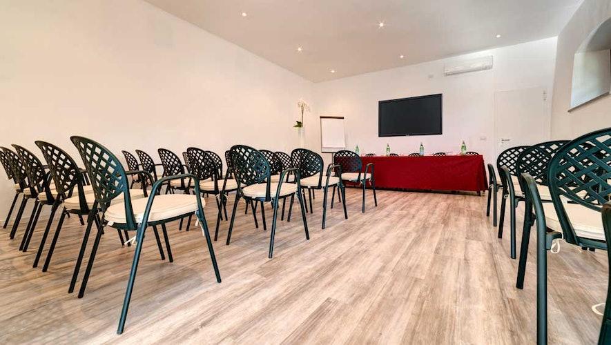 La sala per conferenze e meeting, dotata di attrezzatura multimediale