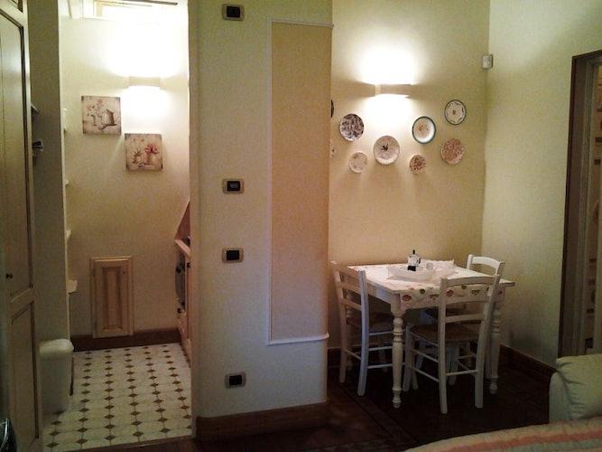 La piccola ma accogliente sala da pranzo con il tavolo e e le sedie